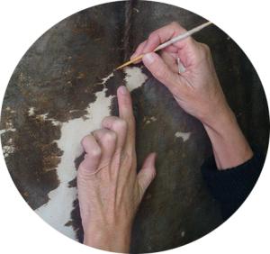 Eugenie Knight è specializzata nel restauro di dipinti